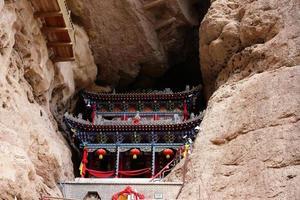 templo em tianshui wushan cavernas com cortina de água, gansu china foto