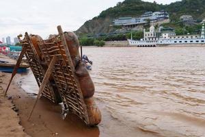 jangada de pele de carneiro junto ao rio amarelo em lanzhou gansu china foto