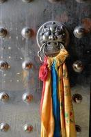 aldrava de porta com cabeça de animal de metal aniciente foto