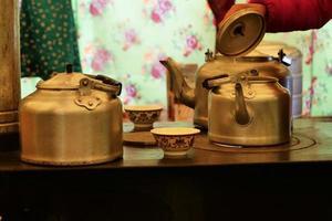 preparando chá com bule de metal dentro de uma yurt em laji shan foto