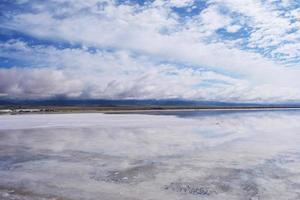 majestosa bela paisagem do lago sal Caka em qinghai china foto