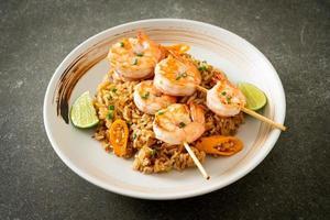 arroz frito com espetos de camarão foto