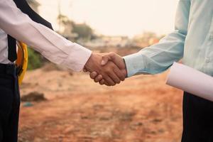 empresário aperta a mão acordo construção imobiliária foto