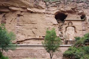 antiga estátua de Buda chinês em um templo em uma caverna na China de Lanzhou foto