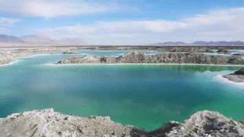 bela paisagem natural vista do lago de sal esmeralda em qinghai china foto