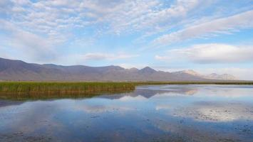 bela paisagem vista para o lago transparente em qinghai china foto