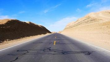 vista da paisagem do céu azul ensolarado e da rodovia em qinghai, china foto