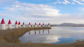 bela paisagem vista lago transparente em qinghai china foto