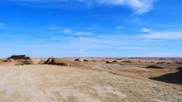 vista de paisagem de céu azul ensolarado e terreno deserto em qinghai china foto