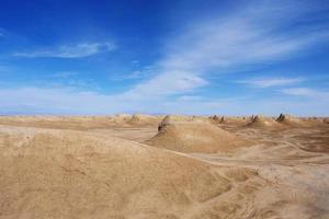 forma de relevo de yardang e céu azul ensolarado em dunhuang gansu china foto