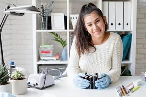 manicure mestre em luvas trabalhando em salão de manicure foto