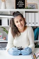 mestre de manicure em salão de manicure segurando vários frascos foto