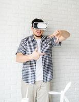 engenheiro ou designer usando óculos vr visualizando projeto de energia foto