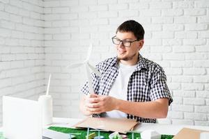jovem ensinando on-line fazendo manequim de energia renovável foto