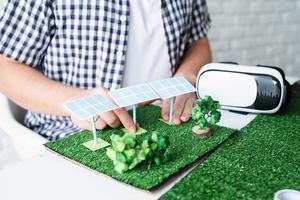 jovem fazendo manequim de projeto de energia renovável foto