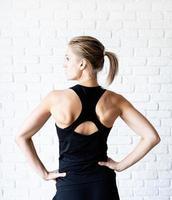 retrovisor de uma mulher atlética em roupas esportivas pretas foto
