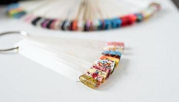 pontas de unhas de plástico coloridas em cima da mesa no salão de manicure foto