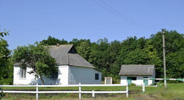 bela casa de fazenda antiga e abandonada no campo foto