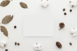 composição de flores. maquete de cartão em branco de papel branco, foto