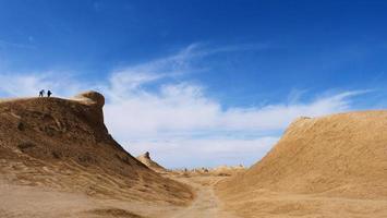 forma de relevo ardang e céu azul ensolarado em dunhuang gansu china foto