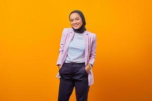 retrato de uma empresária de terno em pé com os braços nos bolsos foto