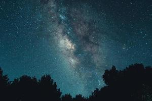 Via Láctea e estrelas da noite nos campos foto
