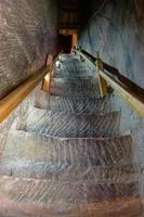 íngreme escada de pedra de pedra no templo mati em zhangye gansu china. foto