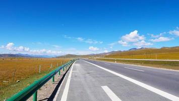 céu azul e autoestrada em qinghai china foto
