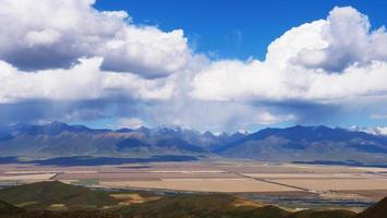 campos de qilian de céu azul em qinghai china foto