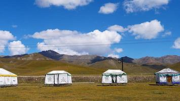 bela paisagem natural dos campos de qilian em qinghai china foto