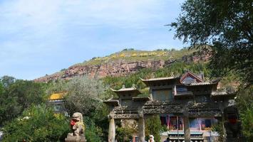 templo de tulou da montanha beishan, em xining qinghai china. foto