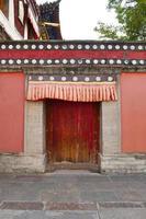 parede da porta de madeira no mosteiro kumbum, templo ta'er na china de xining. foto