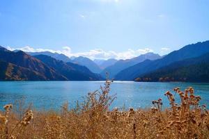 lago do céu das montanhas celestiais em xinjiang china. foto