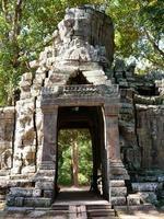 ruína do portão de pedra em banteay kdei, em siem reap, camboja foto