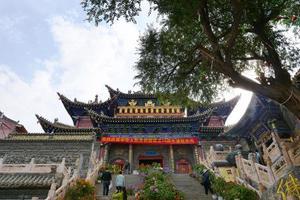 templo da montanha nanshan em xining qinghai china. foto