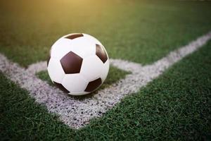 bola de futebol na linha branca no estádio foto