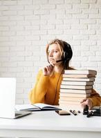 mulher estudando online usando laptop escrevendo no caderno foto
