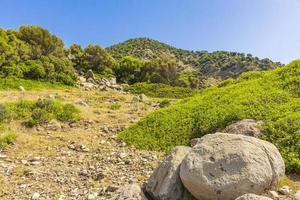 paisagens naturais ásperas nas rochas dos penhascos das montanhas da grécia, kos island. foto