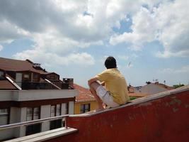 homem sentado no telhado foto