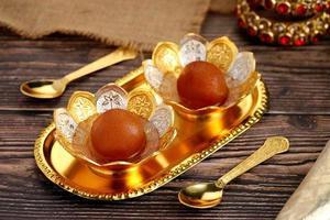 sobremesa indiana comida doce gulab jamun em arco tradicional de metal foto