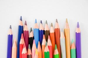 linha de lápis de cor perfeita no fundo do papel de pintura branca foto