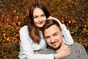 casal romântico no parque outono - conceito de amor, relacionamento e namoro foto