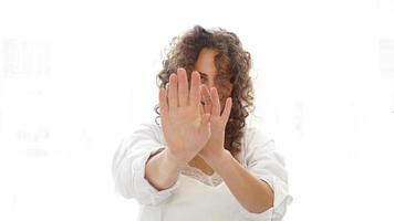 mulher fazendo gesto de parada com a mão isolada em um fundo branco foto