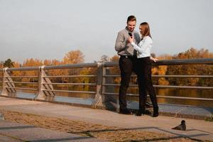 jovem e elegante casal apaixonado foto
