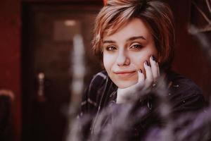retrato de jovem ruivo posando com flor de lavanda foto