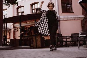 Mulher jovem e bonita com cabelo curto ruivo em camisa xadrez foto