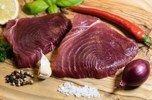 dois bifes de atum crus e especiarias foto