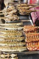 Frutos do mar grelhados asiáticos grelhados no kep market no Camboja foto
