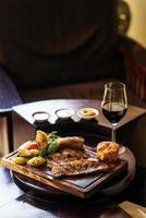 tradicional rosbife britânico de domingo com refeição clássica de vegetais foto