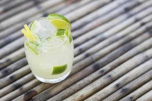 caipirinha rum limão e açúcar bebida brasileira foto